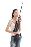 Giovane donna sexy con un fucile del tiratore franco. Immagini Stock