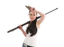 Giovane donna sexy con un fucile del tiratore franco. Fotografia Stock