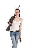 Giovane donna sexy con un fucile del tiratore franco. Fotografie Stock Libere da Diritti