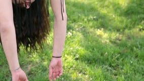 Giovane donna sexy del ballerino che balla sull'albero video d archivio