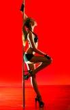 Giovane donna sexy di ballo del palo Fotografia Stock Libera da Diritti