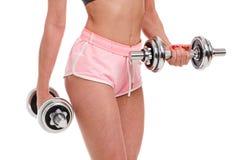 Giovane donna sexy di forma fisica che fa allenamento con le teste di legno Fotografie Stock