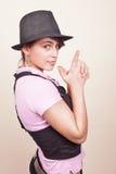 Giovane donna fredda con il cappello d'avanguardia Fotografie Stock Libere da Diritti