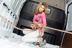 Giovane donna sexy in furgone del carico all'interno Fotografia Stock