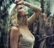 Giovane donna sexy in giungla immagine stock