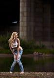 Giovane donna sexy in jeans immagine stock