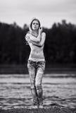 Giovane donna sexy in jeans immagini stock