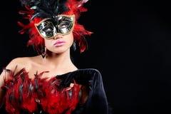 Giovane donna sexy nella mascherina mezza del partito nero Immagini Stock