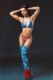 Giovane donna sexy nella striptease erotica di dancing di usura del feticcio in night-club Donna sexy nuda nel vestito di manifes Immagini Stock