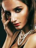 Giovane donna sexy sencual di bellezza con la fine dei gioielli su che posa o fotografia stock libera da diritti