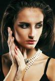 Giovane donna sexy sencual di bellezza con la fine dei gioielli su che posa o fotografie stock libere da diritti