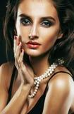 Giovane donna sexy sencual di bellezza con la fine dei gioielli su che posa o immagine stock