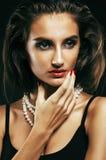 Giovane donna sexy sencual di bellezza con la fine dei gioielli su che posa o fotografie stock