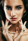 Giovane donna sexy sencual di bellezza con la fine dei gioielli su che posa o fotografia stock