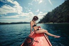 Giovane donna sexy sulla barca nei tropici Immagini Stock Libere da Diritti