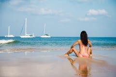 Giovane donna sexy una spiaggia sabbiosa sulla spiaggia fotografia stock libera da diritti