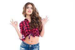 Giovane donna sicura attraente che mostra gesto giusto Fotografie Stock