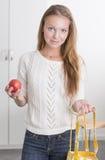 Giovane donna sicura con il sacchetto di acquisto riutilizzabile Fotografia Stock