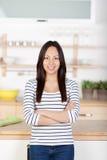 Giovane donna sicura di sé che sta nella cucina Immagine Stock Libera da Diritti