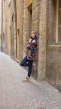 Giovane donna sicura i un piccolo vicolo Fotografie Stock