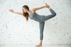 Giovane donna in signore dell'esercizio di ballo, studio bianco immagine stock libera da diritti