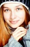 Giovane donna soddisfatta sveglia in vestiti di inverno immagini stock libere da diritti