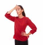Giovane donna sola con l'emicrania e gli occhi chiusi Fotografia Stock