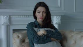 Giovane donna sola depressa nella stanza domestica stock footage