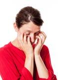 Giovane donna sonnolenta che la graffia occhi per le allergie Immagine Stock