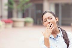 Giovane donna sonnolenta di affari che sbadiglia Fotografie Stock