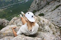 Giovane donna sopra la montagna Fotografia Stock Libera da Diritti