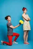 Giovane donna sorpresa che ottiene fiore dal tipo fotografia stock