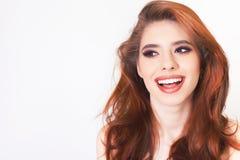 Giovane donna sorpresa con capelli perfetti sani ed il sorriso di bianco fotografie stock libere da diritti