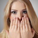 Giovane donna sorpresa con le mani Fotografie Stock Libere da Diritti