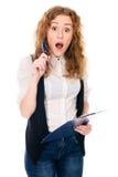 Giovane donna sorpresa di affari con la penna e compressa per le note Immagini Stock Libere da Diritti