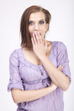 Giovane donna sorpresa su priorità bassa isolata bianca Immagini Stock