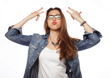 Giovane donna sorpresa in vetri sopra fondo bianco fotografia stock libera da diritti