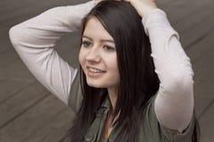 Giovane donna sorridente fotografia stock libera da diritti