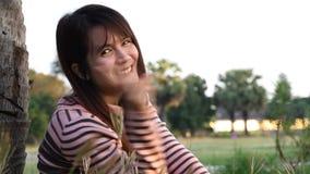 Giovane donna sorridente video d archivio