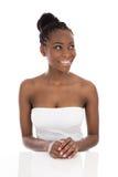 Giovane donna sorridente afroamericana del ritratto - in bianco e nero fotografie stock libere da diritti
