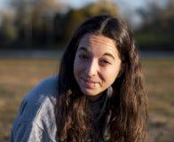 Giovane donna sorridente al crepuscolo Fotografia Stock