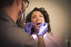 Giovane donna sorridente al dentista fotografia stock