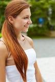 Giovane donna sorridente all'aperto Fotografia Stock