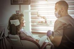 Giovane donna sorridente all'esame del dentista immagini stock libere da diritti