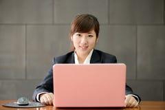 Giovane donna sorridente attraente di affari Fotografia Stock Libera da Diritti
