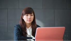 Giovane donna sorridente attraente di affari Fotografie Stock Libere da Diritti