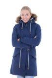 Giovane donna sorridente attraente in vestiti di inverno isolati sul whi fotografia stock