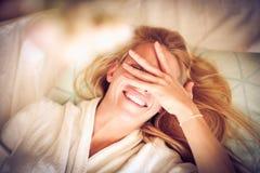 Giovane donna sorridente in base fotografia stock