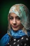 Giovane donna sorridente bionda con il primo piano della sciarpa Immagine Stock Libera da Diritti