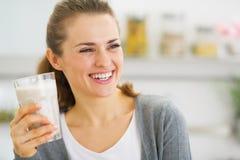 Giovane donna sorridente che beve cocktail fresco Immagini Stock Libere da Diritti